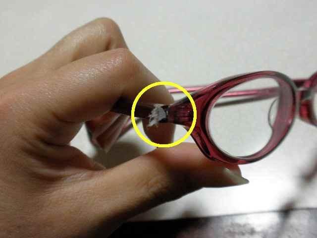 メガネに何が?
